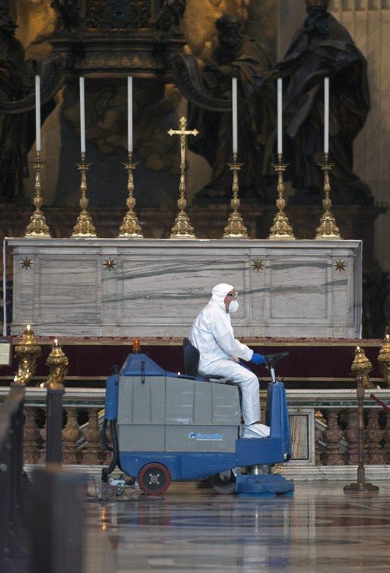 La basílica de San Pedro reabre sus puertas tras una desinfección a fondo